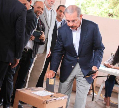 En la tarde, el aspirante a la reelección Danilo Medina ejerció su voto.