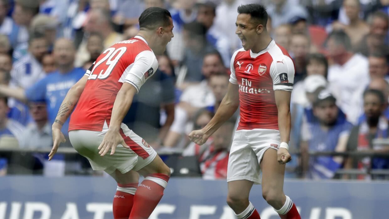 El jugador de Arsenal, Alexis Sánchez, derecha, festeja con su compañero...