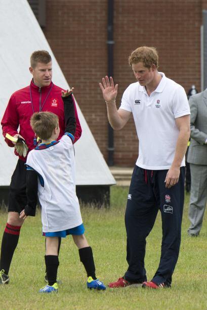 Los niños se asombraron al ver al miembro de la realeza en su cancha.Mir...