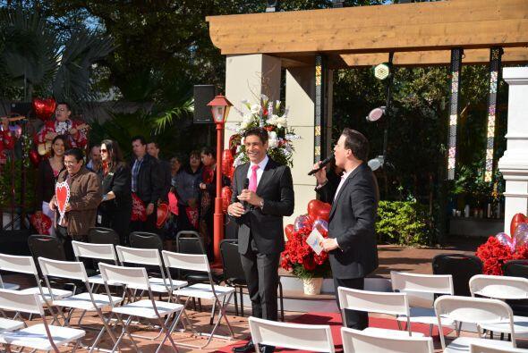 Raúl y Johnny organizaban y alentaban al público previo a la boda.