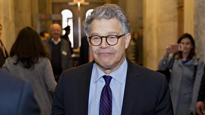 Al Franken vio cómo sus colegas demócratas lo dejaron solo en medio de u...