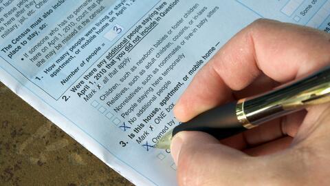 Una persona contesta el cuestionario del Censo de 2010 en EEUU.