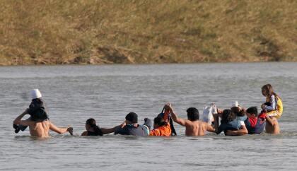 <b>Piedras Negras. </b>Siguiendo el recorrido del río por la frontera se encuentra Piedras Negras. En la fotografía de 2006, varios inmigrantes cruzan el Río Bravo hacia Estados Unidos en Piedras Negras, Estado de Coahuila, México.