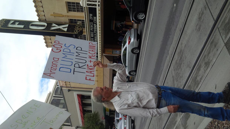 Con carteles  activistas le gritaron a Mike Pence que no es bienvenido a...