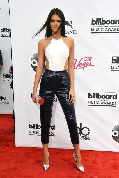 Kendall usó un top muy escotado a los lados. Mira aquí lo último en chis...