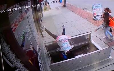 En video: Una mujer cae a un agujero de seis pies por distraerse con su...