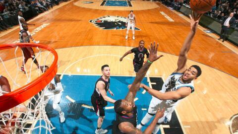 Karl-Anthony Towns anotó 29 puntos y tomó 14 rebotes.