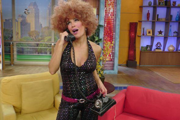 Karla se veía espectacular con un divertido y alborotado afro.