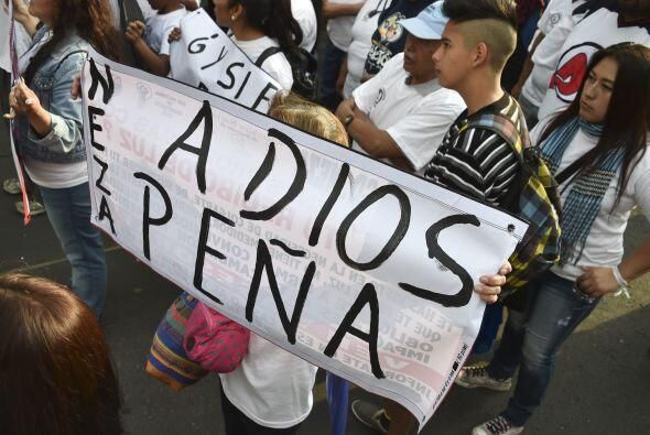 Miles de manifestantes salieron a las calles de la Ciudad de México para...