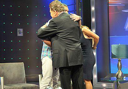 Al final un abrazo cariñoso entre Antonio, Salma y El Don.