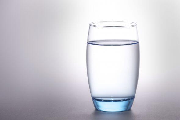 Tendrás puesto un vaso de agua encima de un plato que no tenga adornos y...