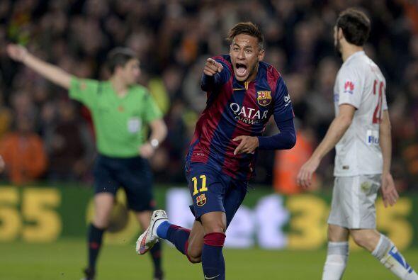 El primer gol cayó cuando Messi se internó por derecha y s...