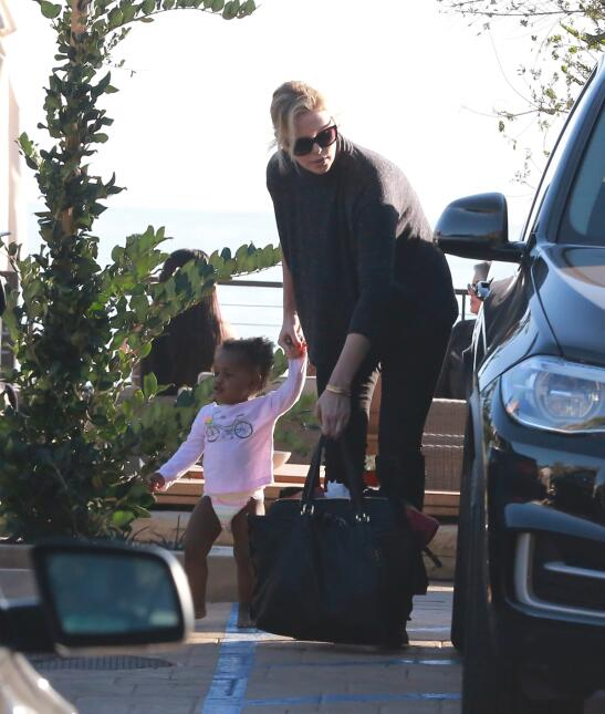 Charlize Theron con Jackson y August