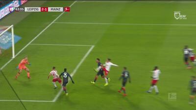 Leipzig perdonó al Mainz y el partido sigue 2-1