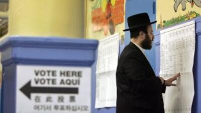 Un votante judío mira las planillas antes de votar. Unos 600,000 judíos...