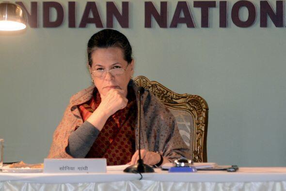 12. SONIA GANDHI  Puesto- Presidenta del Congreso Nacional de India.  Or...