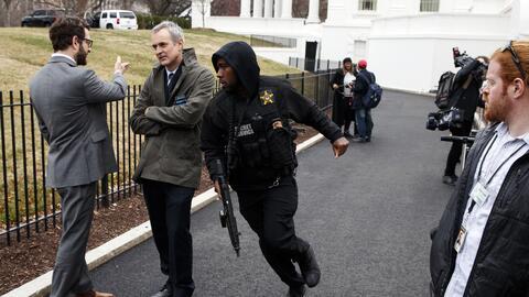 Un funcionario del Servicio Secreto corrió entre los reporteros a...