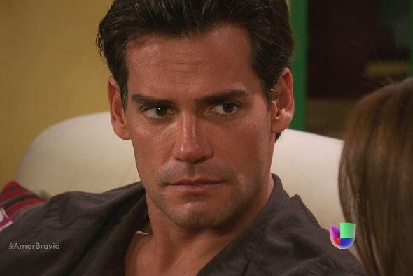 Camila y Daniel se miran eternamente, lamentando el amor que se evapora...
