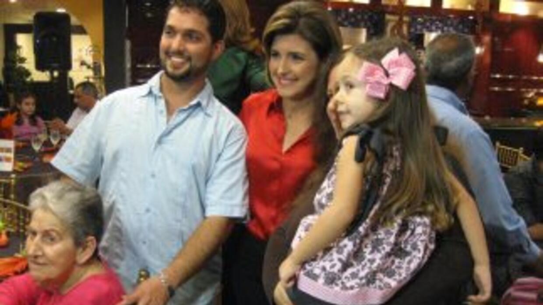 Alina Mayo Azze se retrata con una de las familias invitadas.