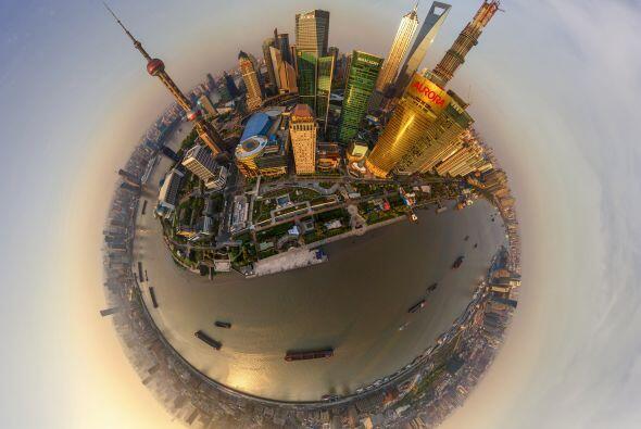 La ciudad más poblada del mundo, Shanghái en China.