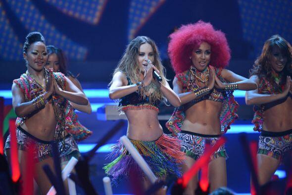 Belinda regresó a Premios Juventud 2012 con el tema 'En el amor hay que...