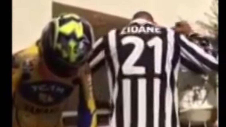 Materazzi antes de arrojarse el agua designa a Zidane por medio de una c...