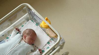 Las muertes accidentales de bebés mientras duermen aumentaron, pero pueden prevenirse: explicamos cómo
