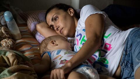 Una madre con su hijo en el albergue de Turbo.
