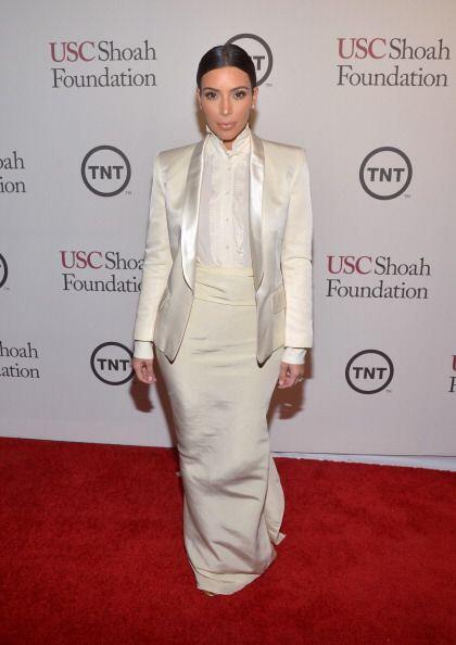 Kim se presentó con su 'tuxedo' femenino y lució sus tremendos encantos.