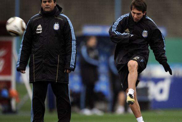 Messi le pega al balón y el asistente técnico, ´Tata´ Brown, lo mira y l...