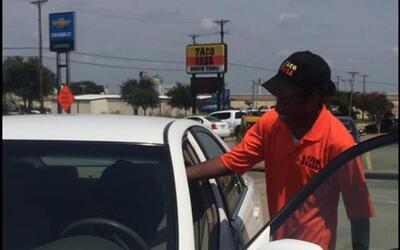 Extraños sorprenden a joven con un auto al enterarse que caminaba 6 mill...