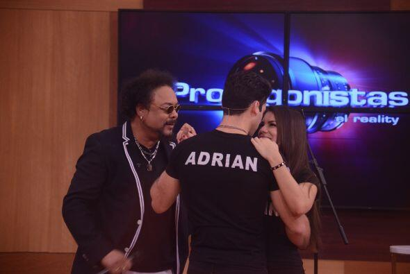 Adrián bailó lento con su amenazada, su visita estuvo dedicada a la pareja.