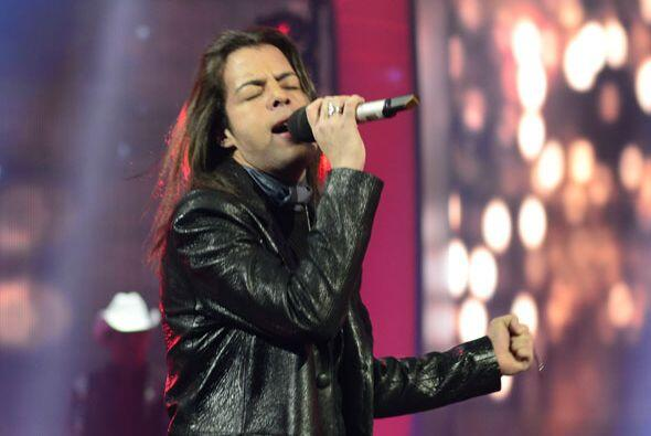 """Raúl Vidal cantó """"Mi corazón insiste"""" con Canela."""