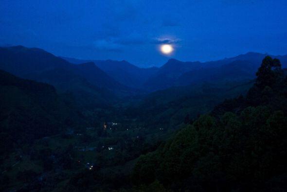 Así se vio la luna en Salento, Colombia.