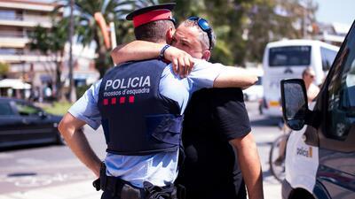 Un habitante de Cambrils abraza a un agente de la policía en agradecimie...