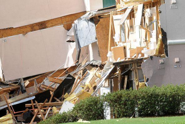 Los clientes fueron evacuados antes de que se desplomara la estructura c...