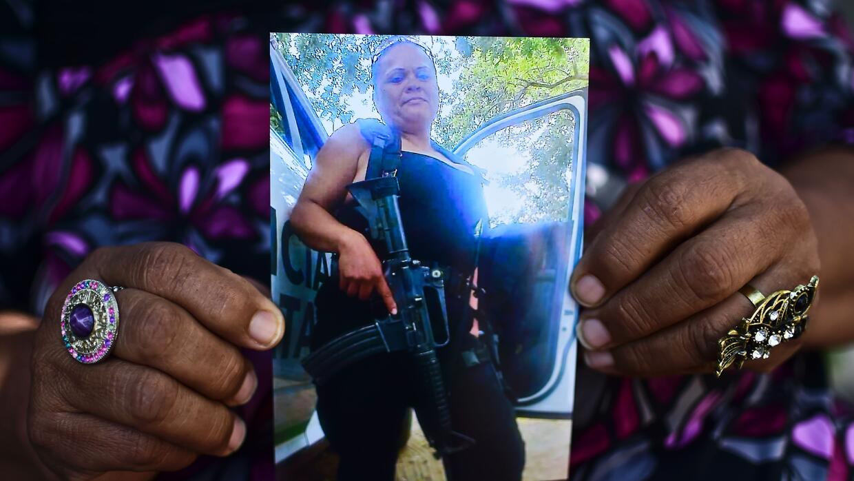 María Luisa Silva sostiene una foto de su hija Gladys, agente de policía...