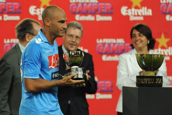Paolo Cannavaro, capitán del Nápoli, mostraba un trofeo simbólico que re...