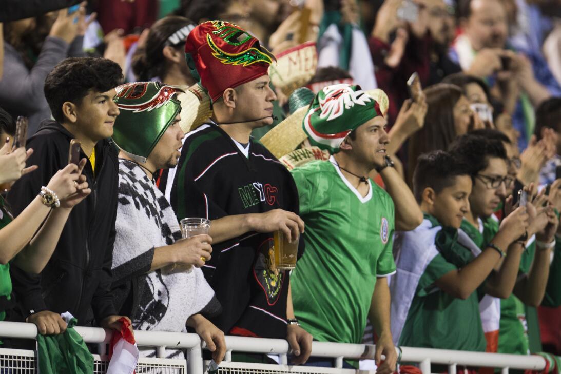 La fiesta de los mexicanos en el partido contra Islandia 20170208_2138.jpg