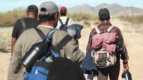 Inmigrantes indocumentados en un tramo de la frontera entre Estados Unid...