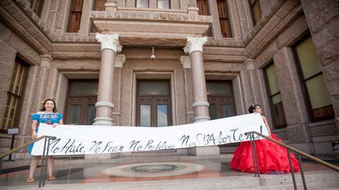 En julio pasado, ante el capitolio de Austin, quinceañeras de Texas usar...