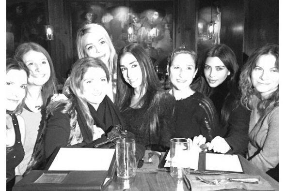 Kim también compartió esta foto en la que posa junto a varias amigas de...