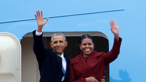 Barack y Michelle Obama despidiéndose en la Base Andrews, en Mary...