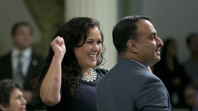 La demócrata Lorena González Fletcher, de San Diego, celebra junto al de...
