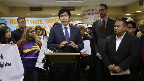 Kevin de León habla con los medios de comunicación sobre la propuesta SB...