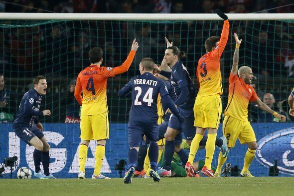 Los jugadores del Barcelona reclamaron el fuera de juego. Cuando salió e...