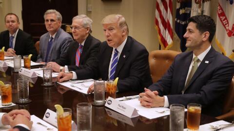 Los líderes republicanos del Congreso durante una reunión...