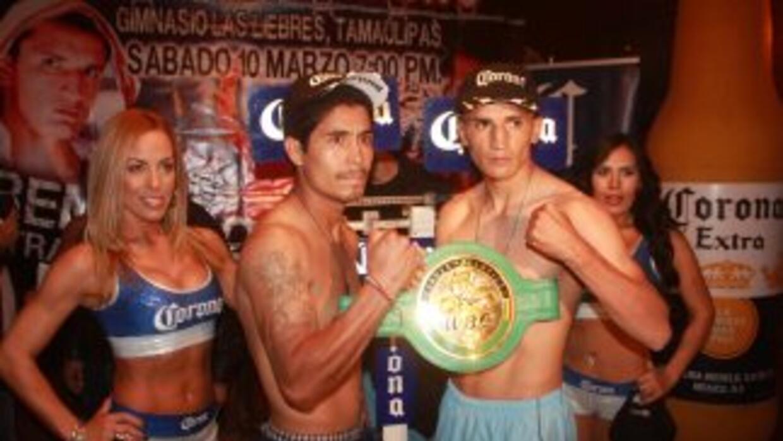 Reyes Velázquez y 'Tremendo' Estrada en peso (Foto: Canelo Promotions).
