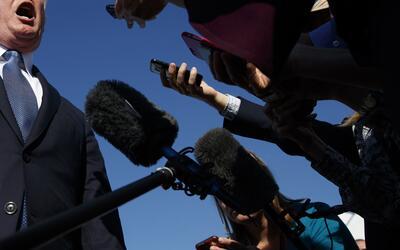 Trump se dirige a la prensa este domingo en el aeropuerto de Morristown,...