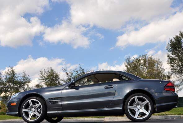 El Mercedes-Benz SL550 2010 es un convertible para dos personas con much...